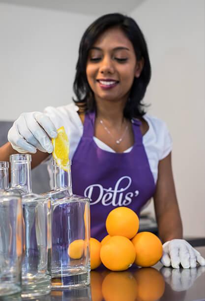 Confection de rhums arrangés agrumes de La Réunion Rhum Délis'