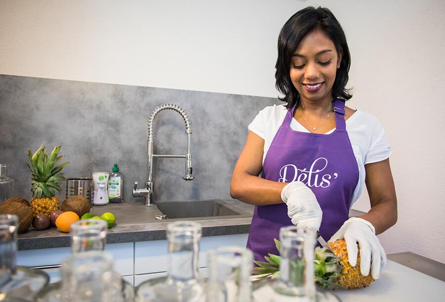 Mina, gérante de la société RHUMAMINA dans le laboratoire de confection des rhums arrangés de La Réunion